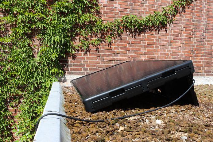 De zonnepanelen liggen los op het dak en worden verzwaard met water, zodat ze niet weg kunnen waaien.