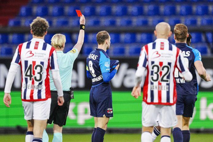 Teun Koopmeiners kreeg na 4 minuten en 32 seconden een rode kaart, de snelste ooit van een AZ-speler in de Eredivisie.