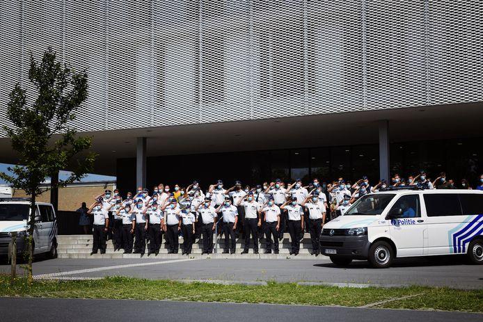 Ook de politie van Brugge hield een indrukwekkende minuut stilte. De korpsleden verzamelden voor het commissariaat in de Lodewijk Coiseaukaai.