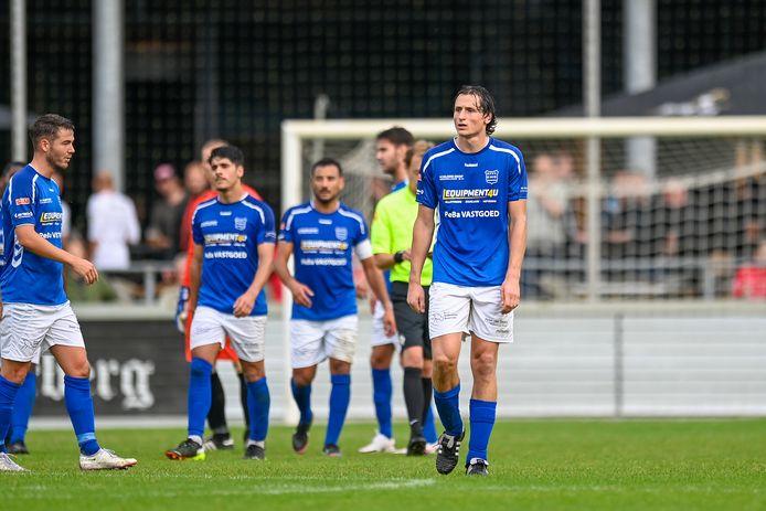 Spelers van GVVV treuren na de 1-0 van De Treffers.