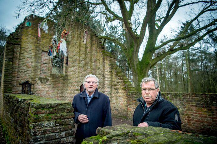 Wim Kattenberg (l) en Hugo van Capelleveen bij de ruïne van de kapel St. Walrick. Zij maakten een expositie over kloosters en kloosterorden tussen Maas en Waal.