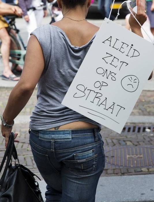 Een prostituee protesteert tegen het beleid van toenmalig burgemeester Aleid Wolfsen.