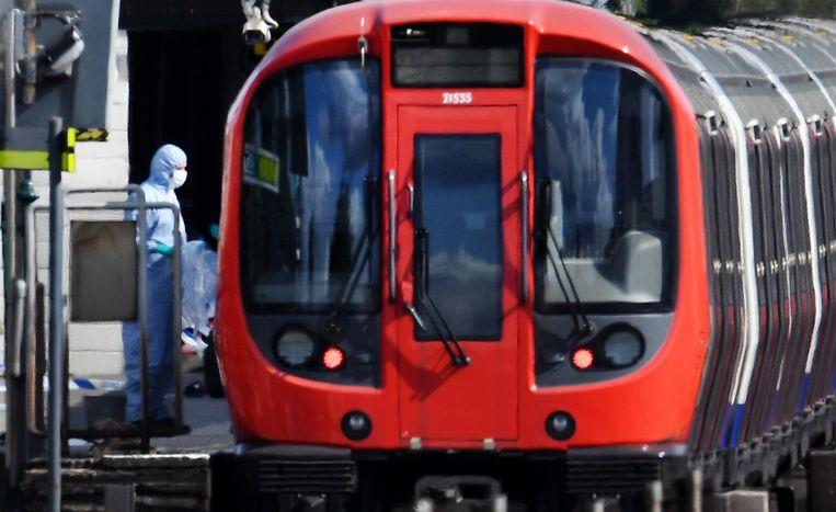 De explosievenopruimingsdienst onderzoekt het metrostel. Beeld EPA