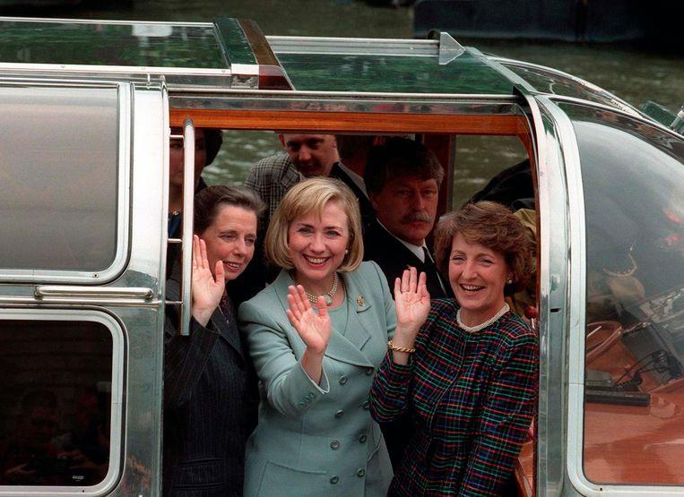 Rita Kok, Hillary Clinton en Prinses Margriet. Achter hen schipper Gerrit Dodewaard Beeld Marcel Antonisse