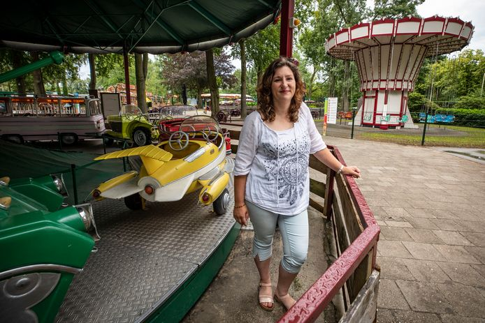 """Miriam Vrielink bij de mini carrousel. ,,Natuurlijk ga ik met mijn kinderen in de attracties. Ik kan alleen niet meer zo goed tegen draaien. Dus we doen alles een keer"""", vertelt ze."""