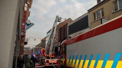 Dak van appartement vat vuur