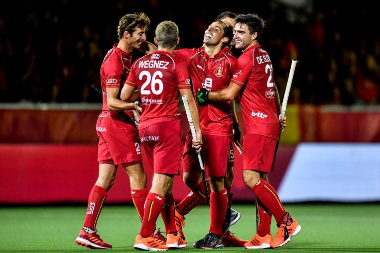 Victor Wegnez, Florent Van Aubel, Arthur De Sloover en Emmanuel Stockbroekx vieren de 6-0-zege tegen Wales, dinsdagavond. Beeld BELGA
