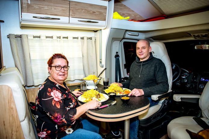 Veerle en Luc genieten van hun campermeal in hun mobilhome aan brasserie de Biertuin in Paal-Beringen