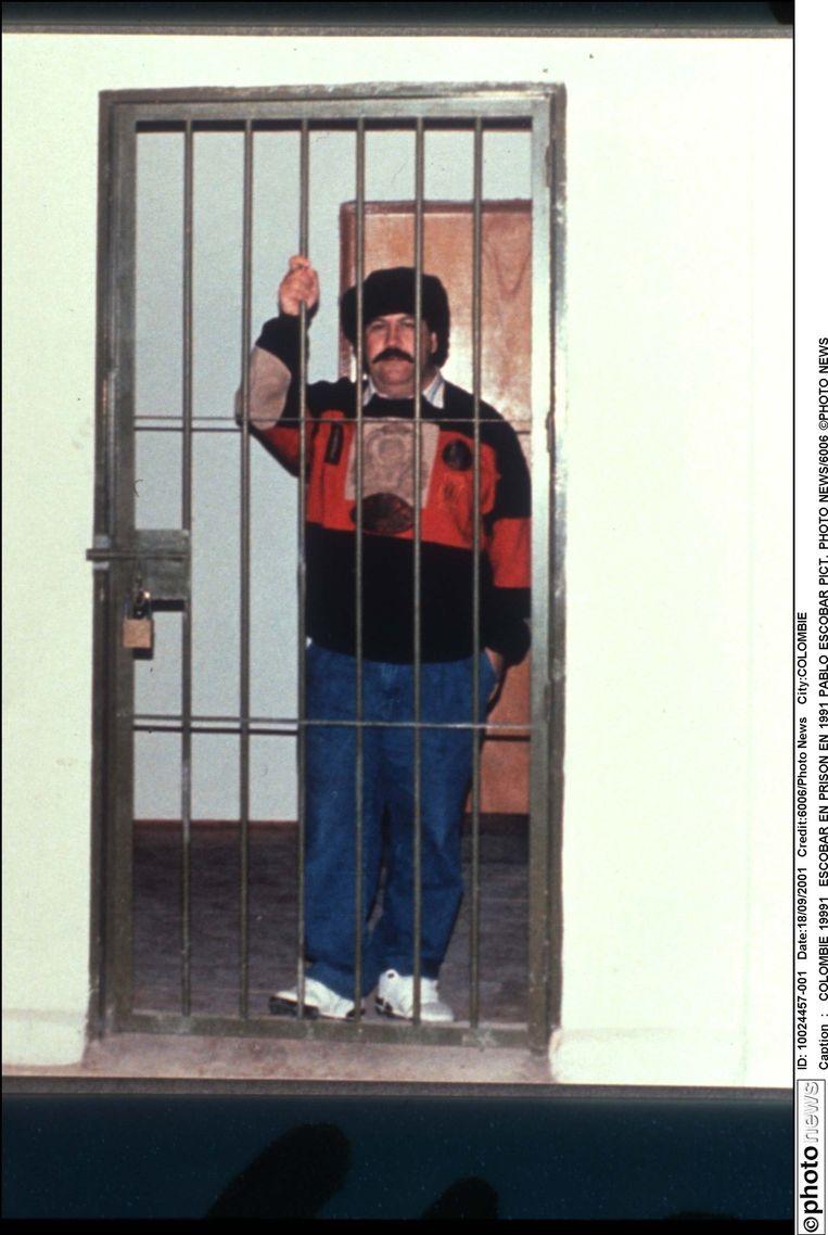 In 1991gaf Escobar zichzelf aan. Hij kreeg vijf jaar cel, die hij mocht uitzitten in zijn eigen gevangenis La Catedral. In 1992ontsnapte hij, nog een jaar later was hij dood. Beeld photo_news