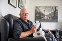 Wim Meijer demonstreert zijn CPAP-slaapmasker. Als hij het apparaat niet gebruikt, heeft hij 's nachts een grote kans op een hart- of herseninfarct.
