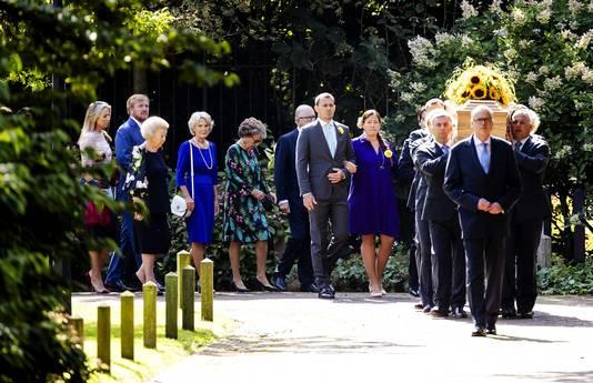 De uitvaartkist met prinses Christina wordt, onder begeleiding van leden van de koninklijke familie, overgebracht van de Koepel van Fagel naar het Koetshuis op het terrein van Paleis Noordeinde