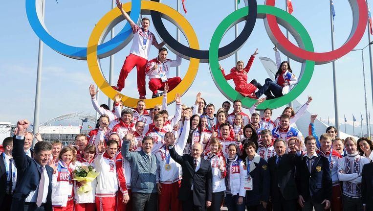 Poetin viert met alle Russische medaillewinnaars. Beeld EPA