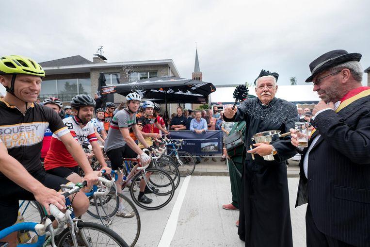 Meneer pastoor zegent de renners (en onze fotograaf er in één klap bij).