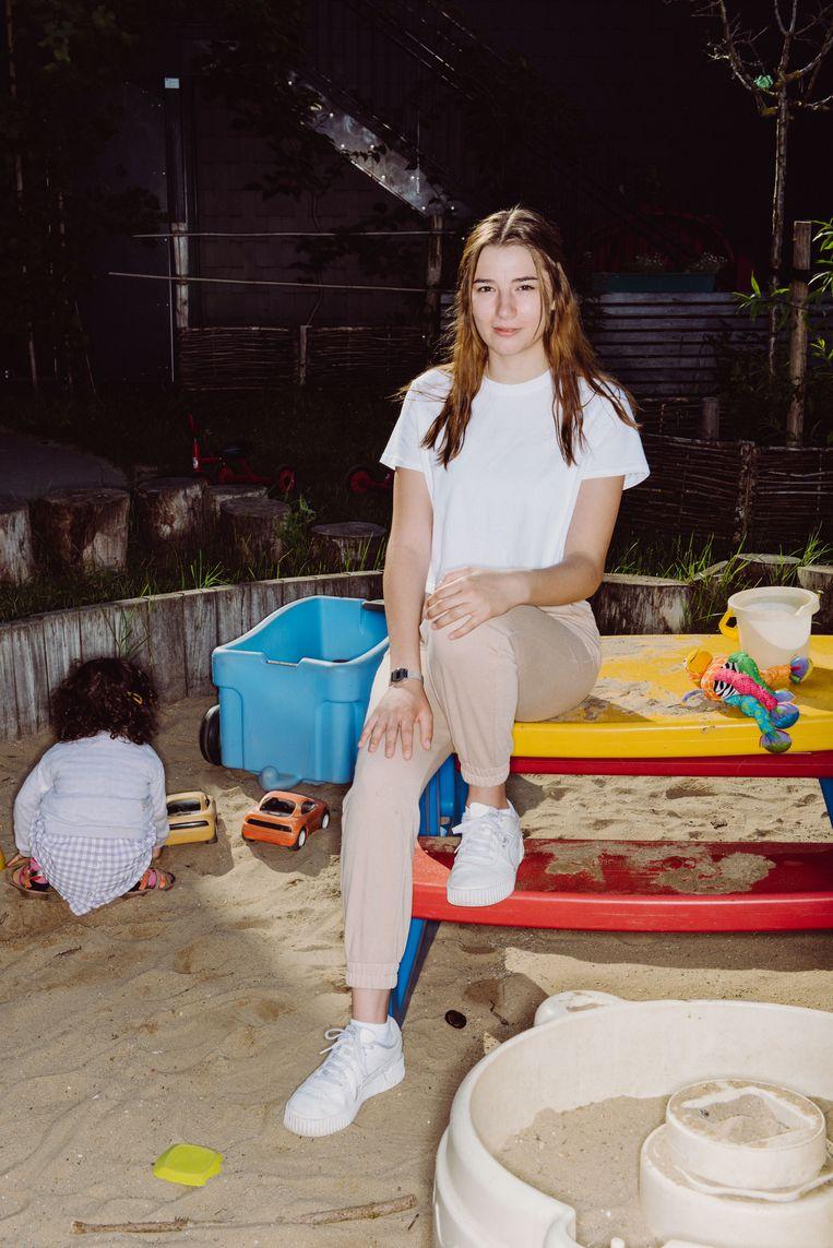 Amber Cobert, (20), aan de slag als kinderverzorgster: 'Jarenlang was ik beschaamd om te zeggen dat ik bso volgde. Maar wij zijn nodig. Ík ben nodig.' Beeld Wouter Maeckelberghe