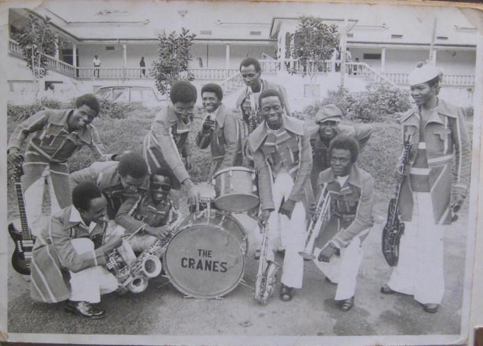 Oude foto van muziekband The Cranes uit Oeganda, in de jaren zeventig. Muzikant Jesse Kasirivu (die naar de trom wijst) werd in 1974 ontvoerd door veiligheidsagenten. Hij is de hoofdpersoon in de documentaire Bwana Jogoo van oud-Eerselnaar en documentairemaker Michiel van Oosterhout.