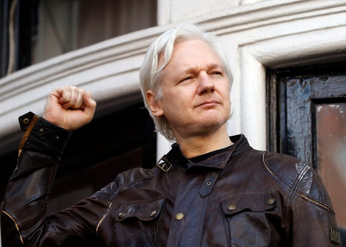 Julian Assange bij de Ecuadoraanse ambassade in 2017.