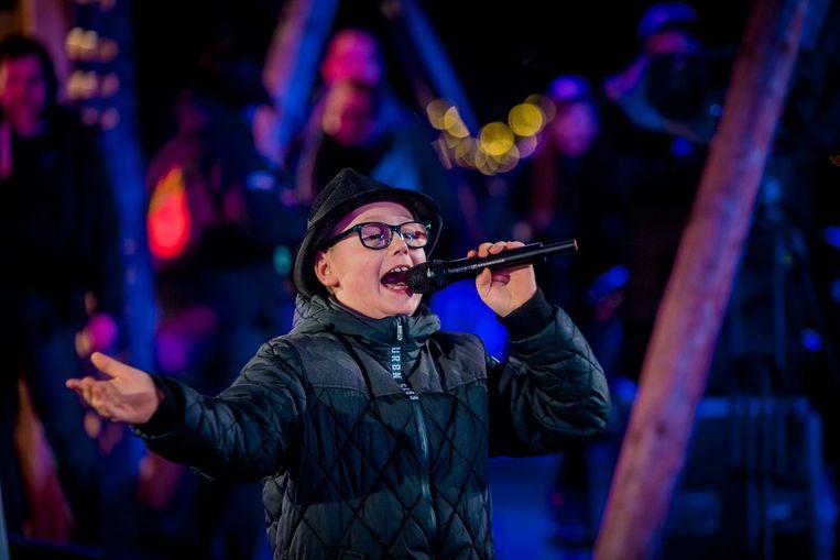De 9-jarige Kylan Van den Berghe, in Hazes-outfit, brengt 'Leef' tijdens 'Music for Life'. Eerder trad hij met dat nummer op in 'The Voice Kids'. Beeld JOKKO