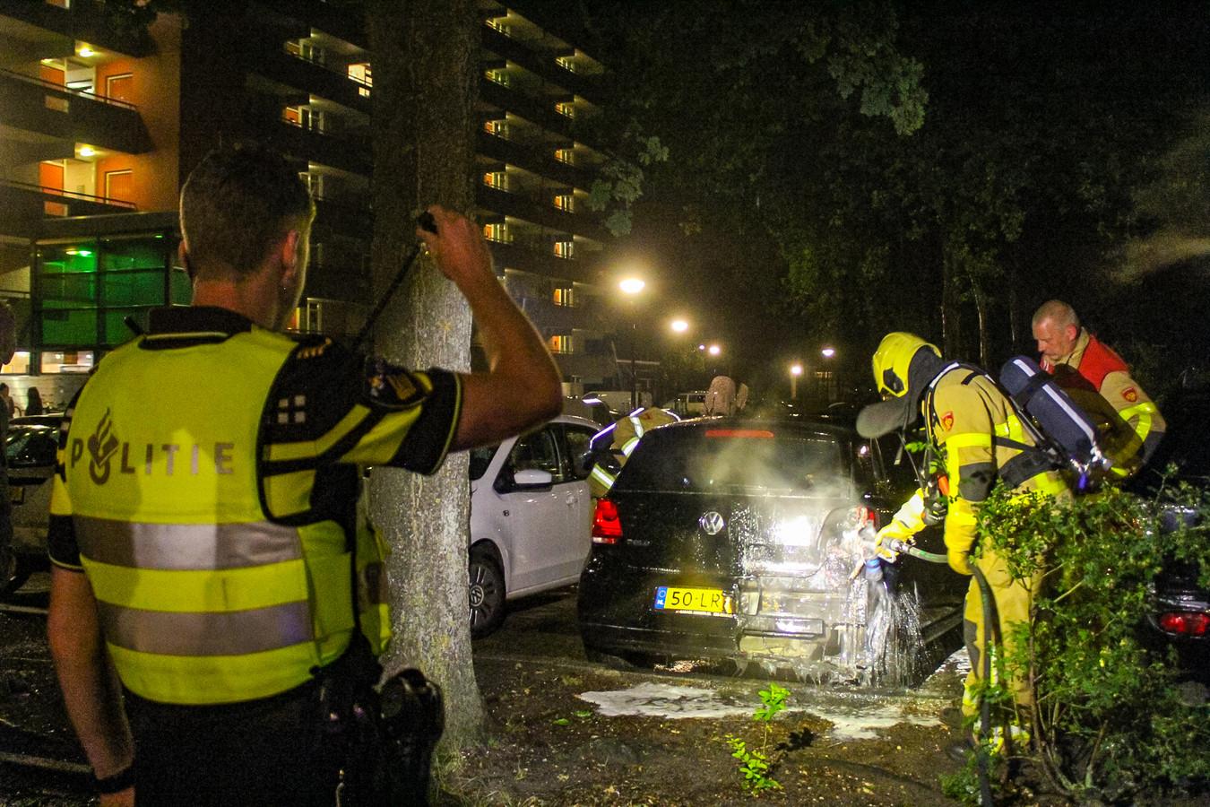 Een geparkeerde auto aan de Aristotelesstraat in Apeldoorn is in de nacht van zaterdag op zondag in vlammen opgegaan.