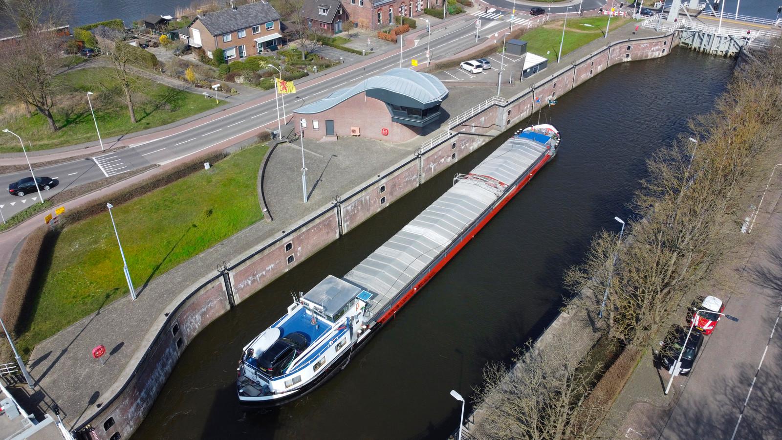 De Grote Merwedesluis bij Gorinchem. Een vrachtschip vaart het Merwedekanaal op.