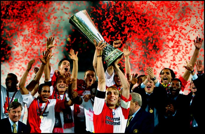 Feyenoord-aanvoerder Paul Bosvelt op 8 mei 2002 met de UEFA Cup. De Rotterdammers klopten in de finale in de Kuip Borussia Dortmund met 3-2.