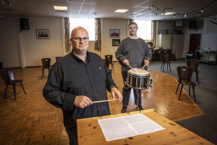 Gert van Huizen (links), de nieuwe dirigent en Sjoerd Janssen, voorzitter van de fusievereniging DTKS uit Losser.