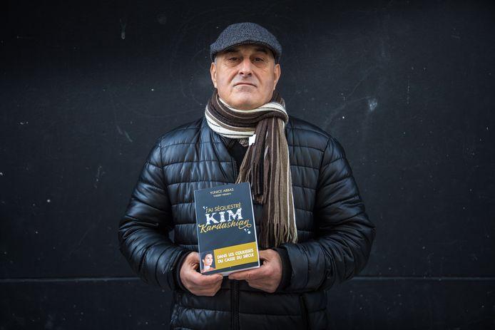 De Frans-Algerijnse overvaller Yunice Abbas (67) in februari 2021 bij de lancering van zijn boek over de juwelenroof bij Kim Kardashian.