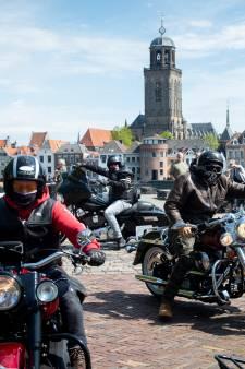 Motormuizen uit Deventer verwelkomen Noord-Hollanders op de Worp: 'Als motorrijders onderling moet je elkaar steunen'
