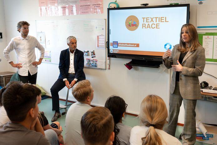De aftrap van de 'Textiel Race' in Rosmalen met vlnr Nando Zwambag, Huub van Oorschot (Afvalstoffendienst Den Bosch) en Kimberley van der Wal van Wolkat.