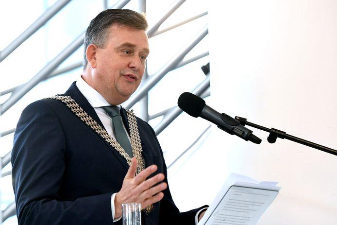 Emile Roemer gaat de crisis in Brabant te lijf.