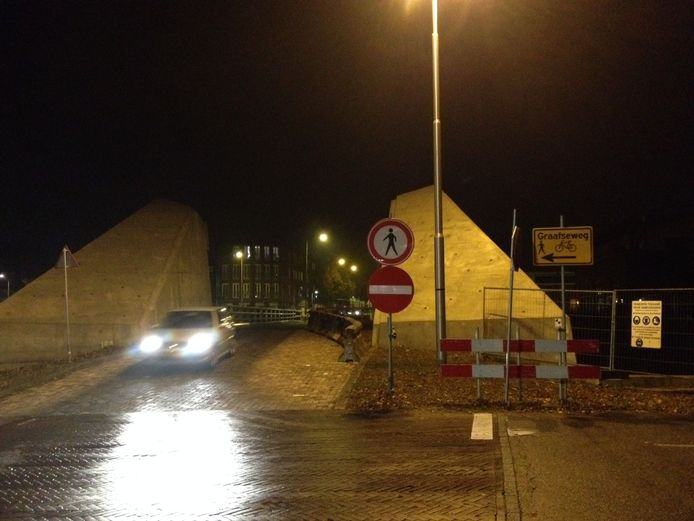 Op de plek van de Bartenbrug in Den Bosch ligt nu een noodbrug.