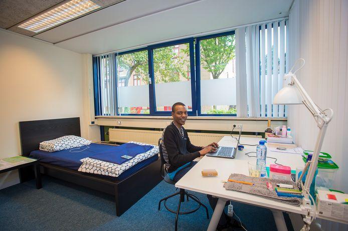 John Njenga Kibbe, student van Wittenborg, heeft zijn intrek genomen in een kamer in het voormalige kantoorpand aan de De Ruyterstraat.
