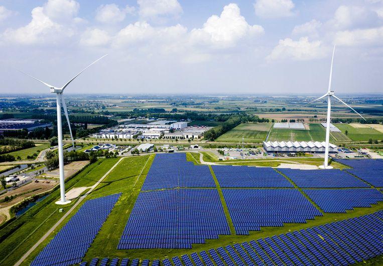 Dronefoto van zonnepark Avri langs de A15. Het park is met 34.000 zonnepanelen het grootste van Gelderland.  Beeld ANP