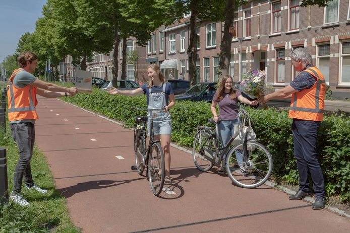 Dorienke Pullen ontving met haar vrienden een award en een bloemetjes toen ze de miljoenste fiets(t)er op het eerste plastic fietspad ter wereld aan de Deventerstraatweg in Zwolle bleek. Het product gaat nu de markt op.