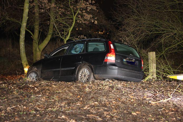 Politie rijdt auto klem in Helvoirt, heli zoekt drie vluchtende inzittenden