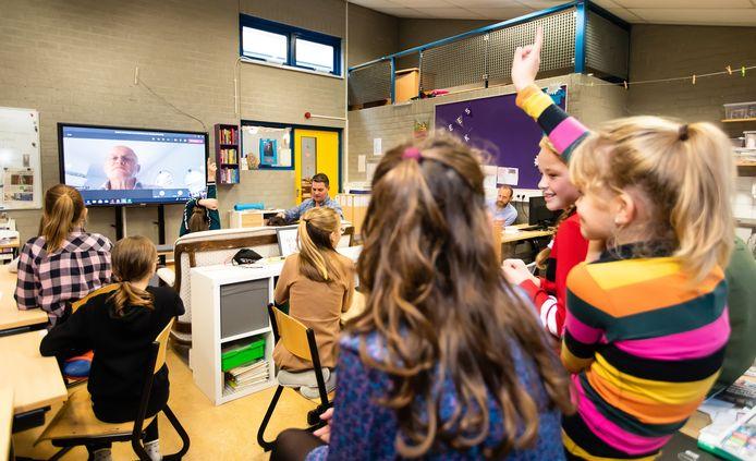 De leerlingen van groep 7-8 van De Vlinderboom in Loon op Zand videobellen met minister Grapperhaus na een les over seksuele weerbaarheid.