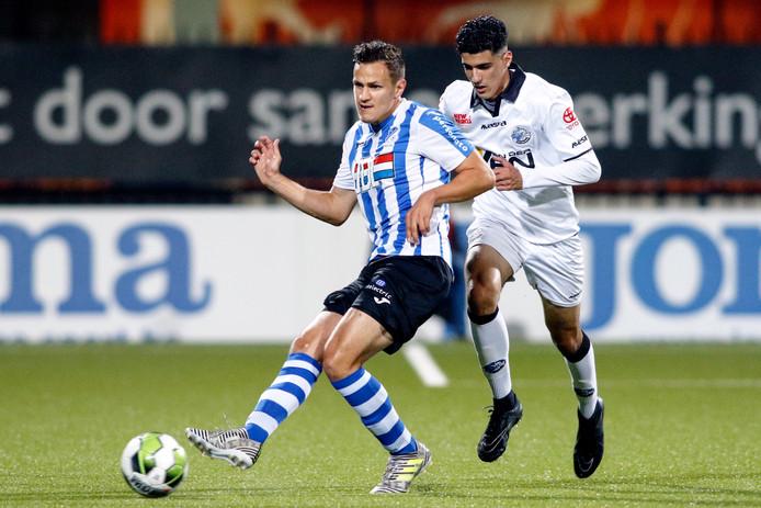 Sebastiaan de Wilde in duel met FC Den Bosch-speler Oussama Bouyaghlafen.