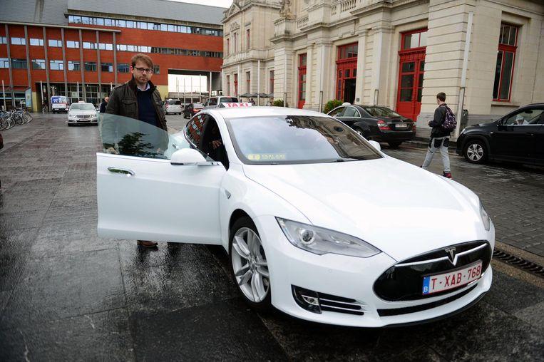 Het allereerste taxibedrijf dat een e-taxi inzette in Leuven was Taxi Axi uit Herent. Het was trouwens niet zomaar een elektrische taxi, maar een opvallende witte Tesla Model S met een waarde van 100.000 euro.