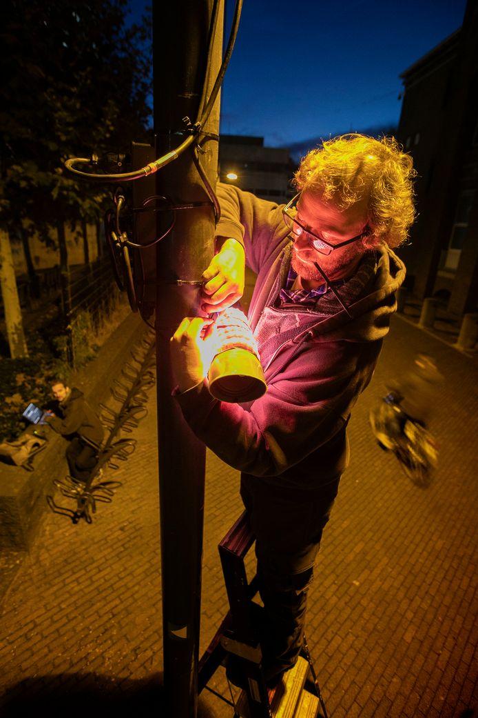 Gijs van Bon bij een van de 'bakens',  onderdeel van zijn geluids- en lichtkunstwerk, langs de gehele route van Glow.