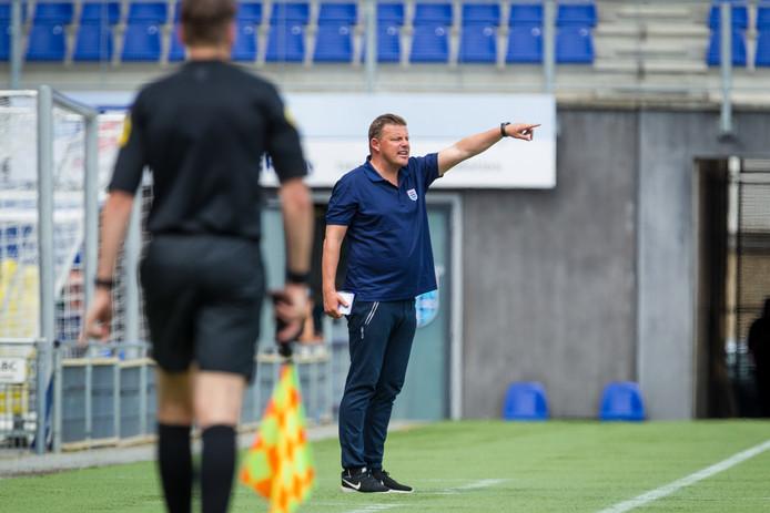 John Stegeman, coachend in het oefenduel met SC Cambuur.