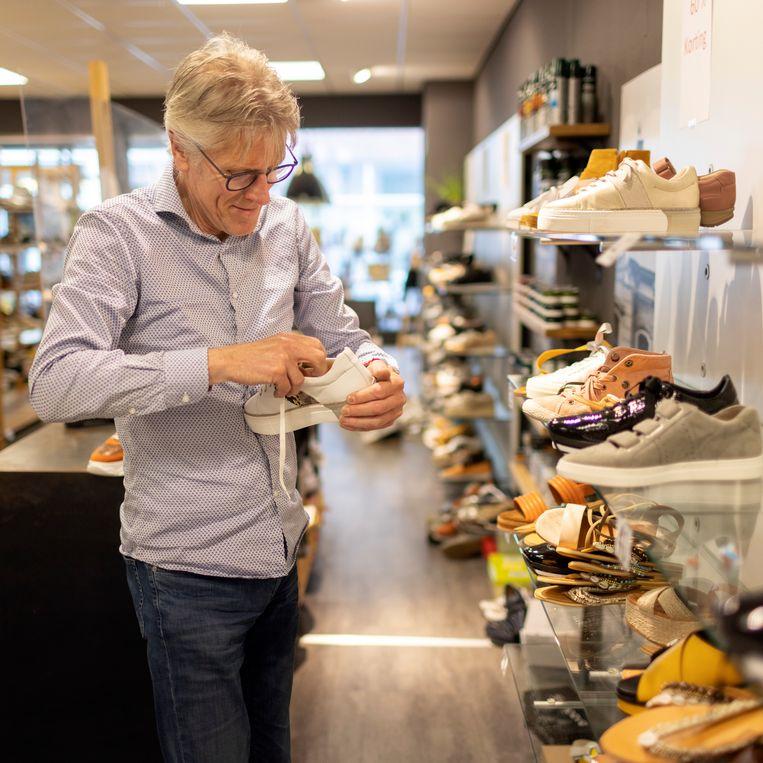 Theo Vloedgraven in zijn schoenenwinkel.  Beeld Herman Engbers