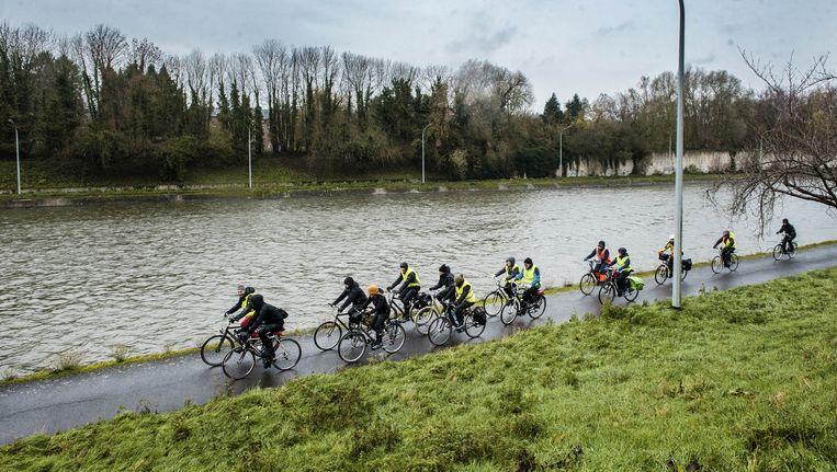 Het Klimaatpeloton in weer en wind op weg naar de klimaattop in Parijs. Op 24 november vertrokken minstens 300 Belgen met de fiets naar Parijs. Ze vormden het klimaatpeloton van Climate Express. Beeld Eric de Mildt