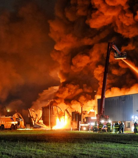 Zeer grote brand verwoest panden op industrieterrein Kraaiven Tilburg