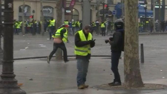 VIDEO. Al lopend broek afsteken loopt pijnlijk af voor geel hesje in Parijs