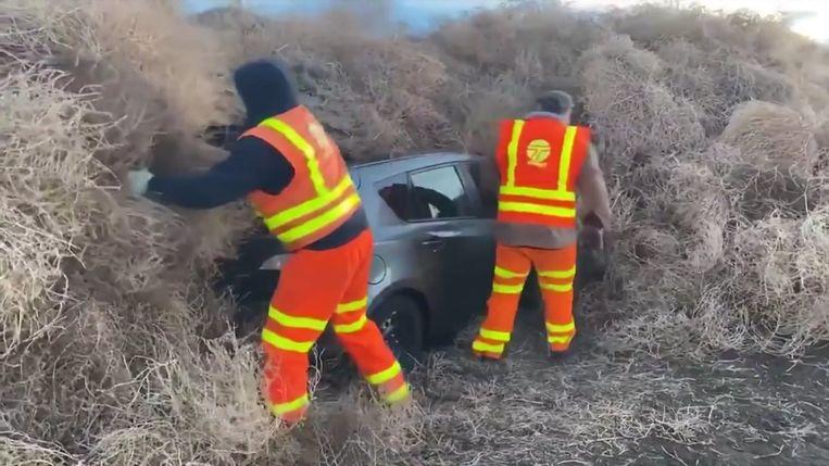 Hulpverleners halen het tuimelkruid van de getroffen wagens.