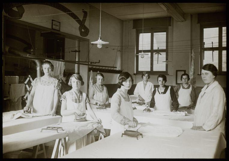 ► Eind jaren 1920, toen huisvrouwen nog strijkles volgden.  Beeld rv Collectie Huis Van Alijn
