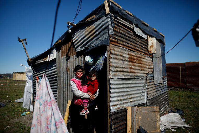 Moeder en dochter voor het krot dat ze bewonen nabij bij het plaatsje Guernica, op enkele tientallen kilometers van hoofdstad Buenos Aires. (14/09/2020) Beeld AP