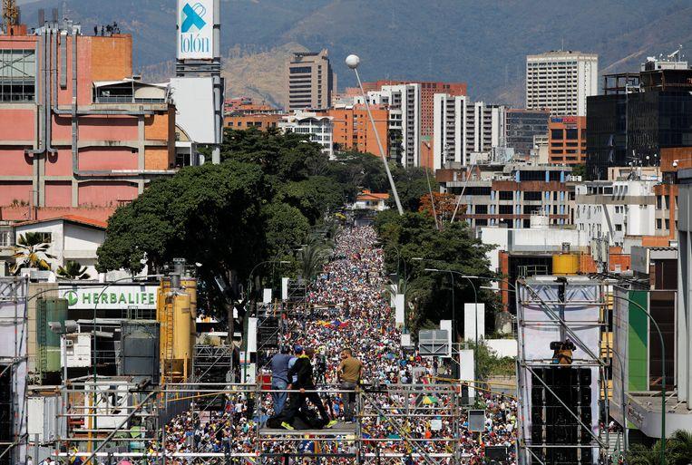 Oppositiepartijen zijn vandaag weer massaal de straat opgegaan om te protesteren tegen het regime van de socialistische president Maduro. Beeld REUTERS