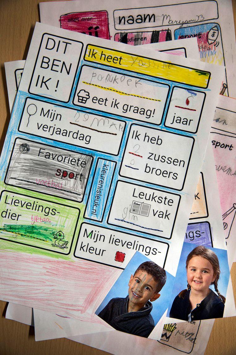 De brieven die de kinderen uit de wijken Overvecht en Tuindorp gestuurd hebben om elkaar alvast een beetje te leren kennen. Beeld Werry Crone
