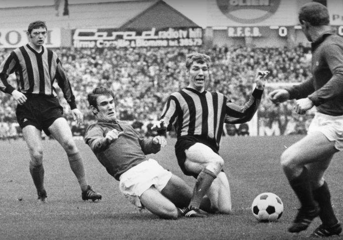 Wilfried Van Moer (l-) in duel met Club Brugge-speler Henk Houwaart in een competitieduel in 1969.