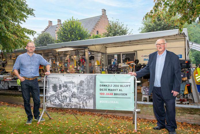 Burgemeester Dimitri Van Laere en schepen Kamiel Van Gheem op de jubilerende woensdagmarkt van Kruibeke.